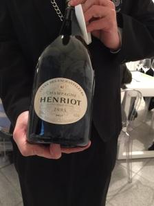 La bottiglia di Henriot, sempre tra le mani del sommelier